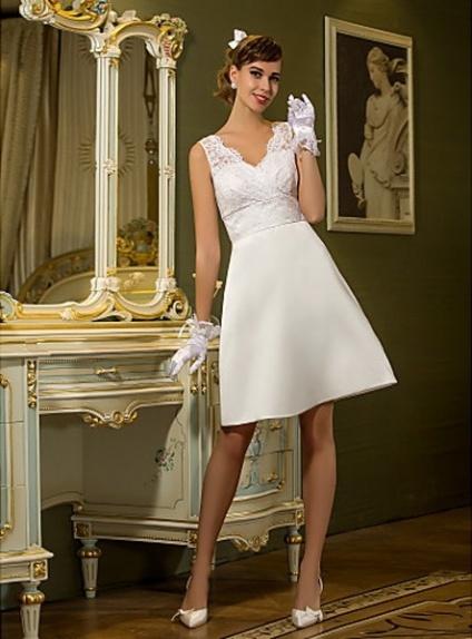 Robe de mariée courte en satin et dentelle
