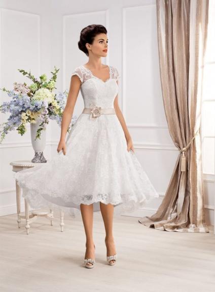 5ec21517547 Vestito da Sposa Corto in pizzo con spalline di pizzo e cintura in raso  colorata