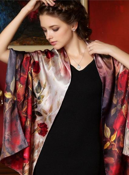 vendita calda online 5031b 8b08e Stola di Pura Seta elegante con rose rosse e sfumature panna e viola