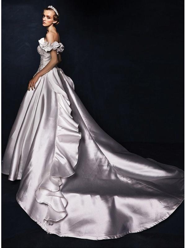 dc9b0de8e73 Robe de mariée décolleté coeur en satin et fine dentelle traîne ...