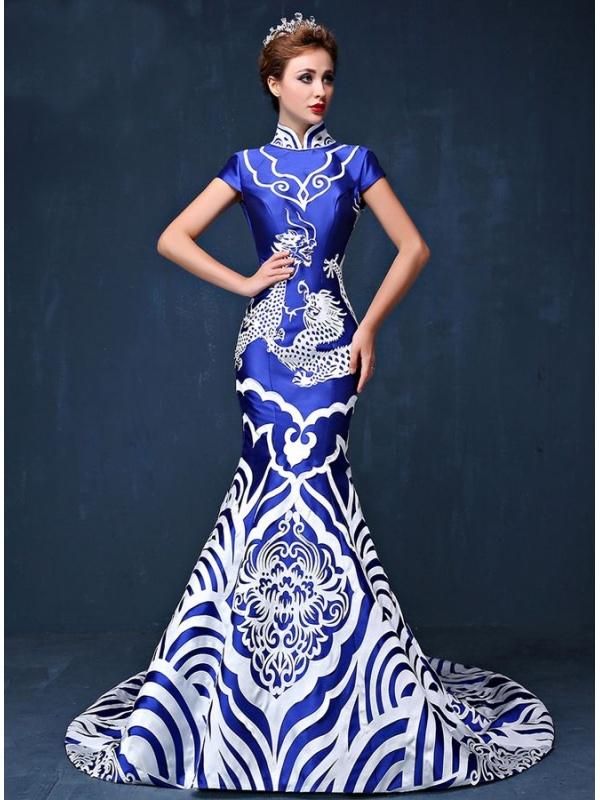 55c07e983f1e Abito Lungo Elegante per occasioni speciali di Raso blu con motivo  decorativo bianco ...