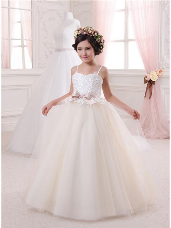 75dc8d009537 Longue robe de bouquetière en tulle corsage brodé coeur fines bretelles
