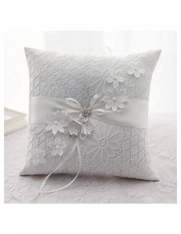 Cuscino portafedi ricamato molto elegantemente