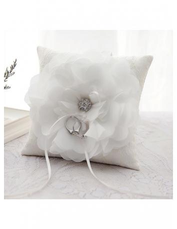 Cuscino porta anelli in pizzo con fiore centrale e gioiello argento